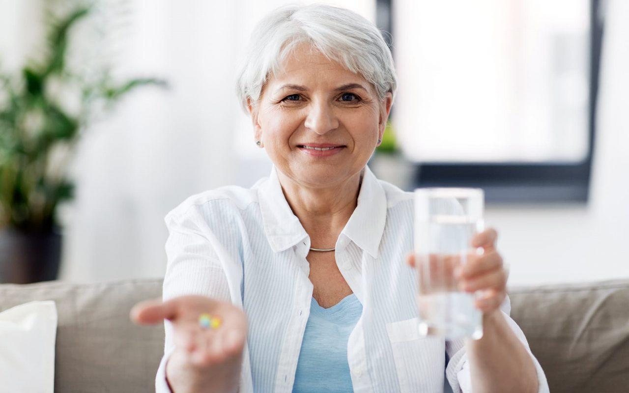 Nainen-ottaa-lääkkeitään